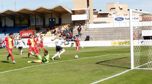 Instante en el que, ayer, el jugador del Tudelano Mikel Orbegozo manda el balón a la red para poner el 1-0 en el marcador.