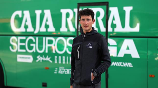 El estellés Julen Amézqueta, ayer delante del autobús del  Caja Rural-RGA en el hotel de concentración.
