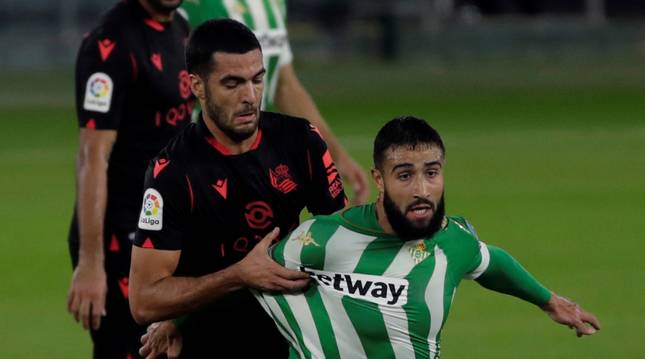 Mikel Merino presiona al jugador del Betis Nabil Fekir.