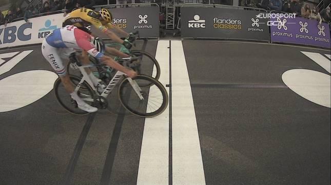 Van der Poel gana a Van Aert el mano a mano por el Tour de Flandes