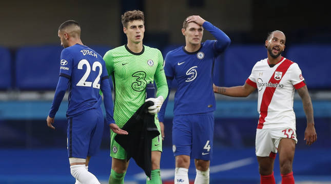 De izda. a dcha. los jugadores dle Chelsea Ziyech, Kepa y Ziyech junto al del Southampton, Theo Walcott