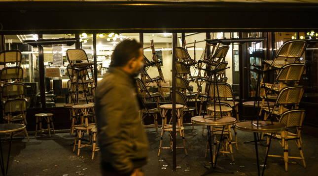 En París, el toque de queda impide actividades no esenciales desde las nueve de la noche.