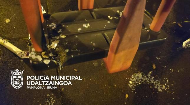 Foto de uno de los columpios quemados en la Rochapea.