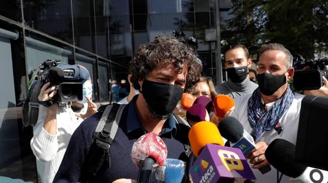 Nacho Palau, expareja del cantante Miguel Bosé, rodeado por periodistas tras declarar.