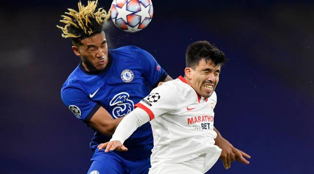 Reece James, del Chelsea, y Marcos Acuna, del Sevilla, pelean por el balón en un momento del partido.