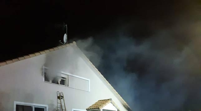 Foto de la casa afectada por el incendio en Badostáin.