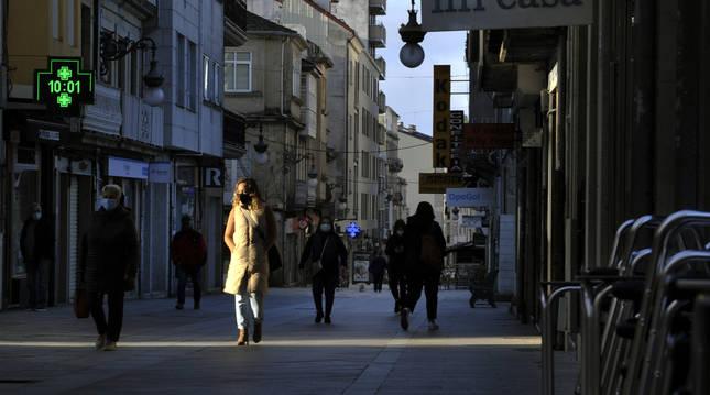 Foto de varias personas caminando por una vía de O Carballiño, Ourense.