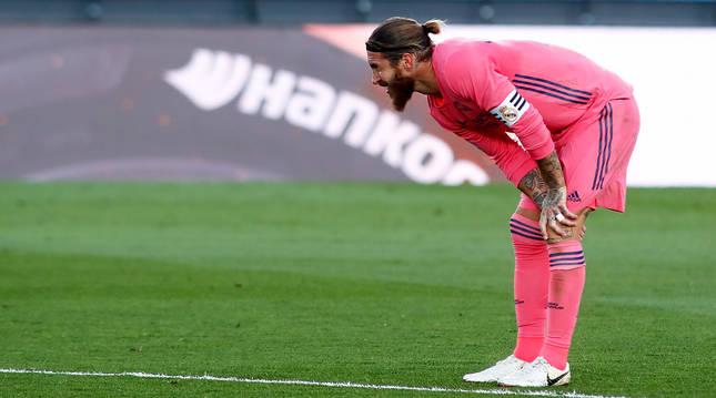 Sergio Ramos estira la rodilla durante el choque liguero contra el Cádiz.