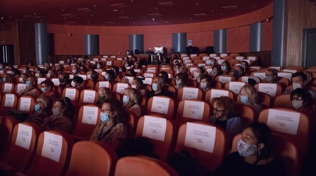 Patio de butacas del Teatro Gaztambide de Tudela con aforo reducido y público con mascarillas.
