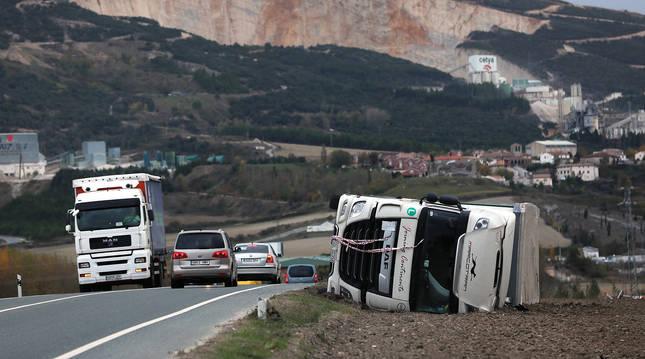 Uno de los camiones derribados el martes a la altura de Tiebas.