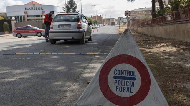 Un control de Policía Foral, la semana pasada, en los accesos a la localidad de Cadreita.