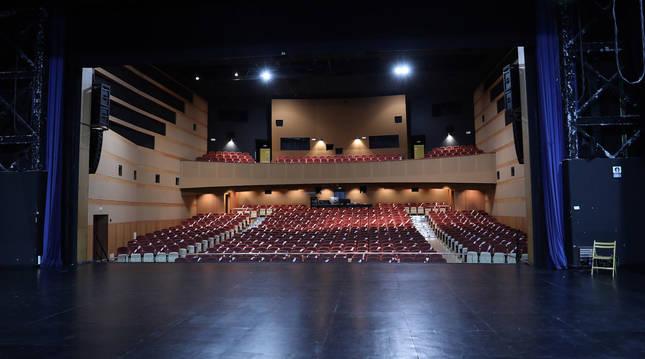 Vista de parte del escenario y, al fondo, el patio de butacas, en el Auditorio Barañáin (Navarra).