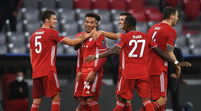 Los jugadores del Bayern celebran uno de los tantos anotados durante el choque.