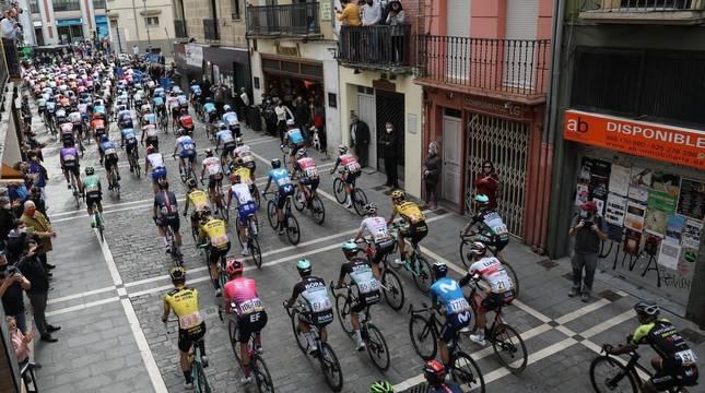 El pelotón de la Vuelta, en la calle Estafeta de Pamplona.