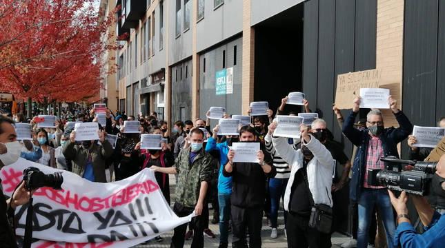 Foto de la concentración de los hosteleros de este miércoles, durante la salida de la Vuelta.