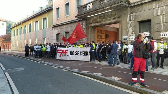 Concentración en la sede del grupo CAF en Beasain para protestar por el cierre de Trenasa en Castejón