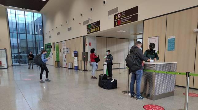Puesto de control de la Guardia Civil a los pasajeros de ayer en el aeropuerto de Noáin-Pamplona.