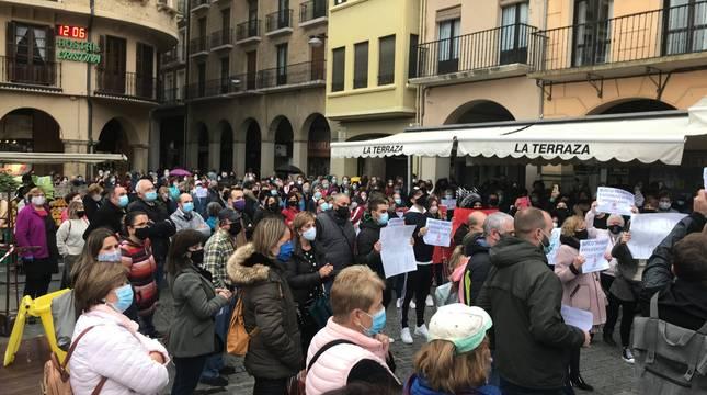 La zona de la plaza de los Fueros ocupada habitualmente por las terrazas se llenó tanto hacia la Baja Navarra como hacia el otro lado.
