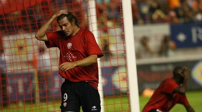Savo Milosevic se lamenta de la ocasión fallada por Webó que impidió a Osasuna ganar al Hamburgo, el 22 de agosto de 2008, y jugar la Champions. El serbio hizo una gran jugada.