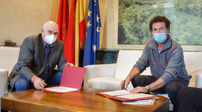 El vicepresidente segundo, José María Aierdi, y el alcalde de Ergoiena, Emeterio Senar, en la firma del concierto.