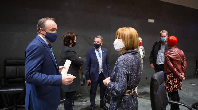 Esparza conversa con Barkos en el Parlamento de Navarra.