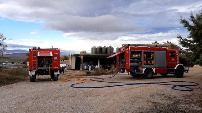 Varios camiones de Bomberos frente a la granja de cerdos afectada por un incendio en Sesma.