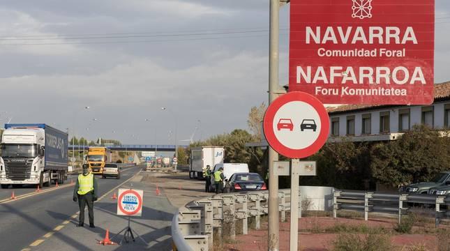 La Guardia Civil realiza un control de tráfico en el límite de Navarra con Aragón en Cortes.