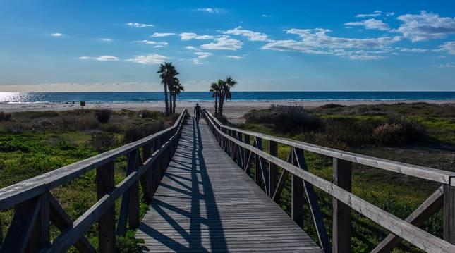 Vista general de una playa en Cádiz