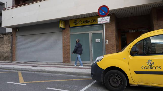 Un vecino pasa ante la Unidad de Reparto de Correos en Tudela.