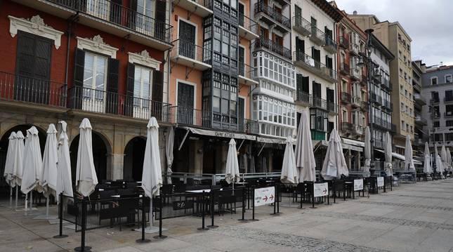 Bares cerrados en la plaza del Castillo de Pamplona el primer día de confinamiento.