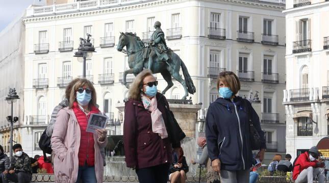 Gente pasea por Madrid el viernes 23 de octubre.