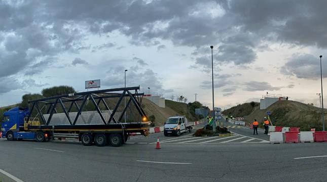 Los tres módulos que conforman la pasarela se transportaron en camiones hasta el lugar de la obra.
