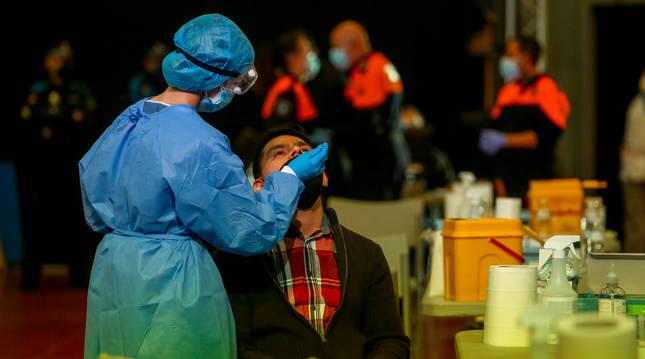 Un ciudadano de Alcobendas (Madrid) se somete a una prueba PCR.