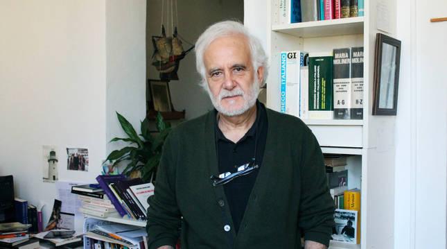 Ramón Andrés, fotografiado en la biblioteca de su casa.