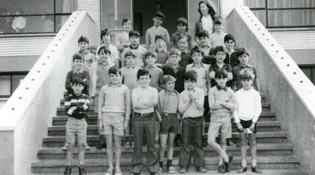 Alumnos de 2º de EGB y su maestra posan a la entrada del colegio en el curso 1970-71.