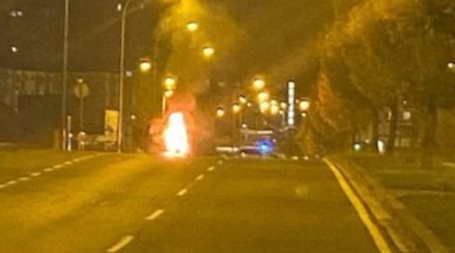 Imagen del vehículo ardiendo en la avenida Cataluña de Pamplona.