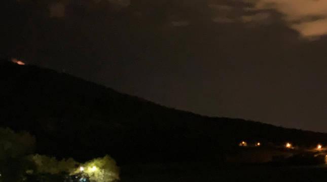 Fuego en la cima de San Cristóbal en una imagen captada por una lectora.
