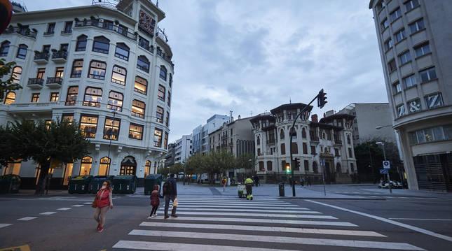 Foto de varias personas pasean por Pamplona, con nuevas restricciones en vigor desde el 22 de octubre.