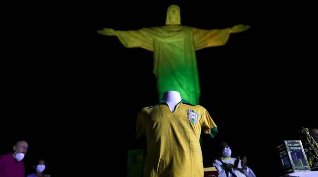 El Cristo redentor de Río de Janeiro, iluminado por el cumpleaños de Pelé.