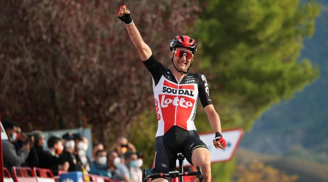El belga Tim Welles celebra el triunfo en la meta de Sabiñánigo.