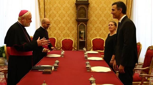 El presidente del Gobierno Pedro Sánchez se reúne con el secretario de Relaciones con los Estados, Monseñor Paul Richard Gallagher, tras su visita con el Papa en el Vaticano