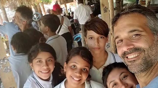 Arnold San Román, a la derecha, junto a su pareja, Leticia Vargas y sus tres hijos. Por la izquierda, Victoria López y Andrea y Rubén San Román.