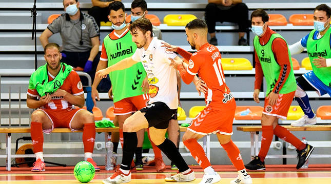 El jugador de RIbera Navarra Mínguez pelea el balón con Juanpi, de Jimbee Cartagena