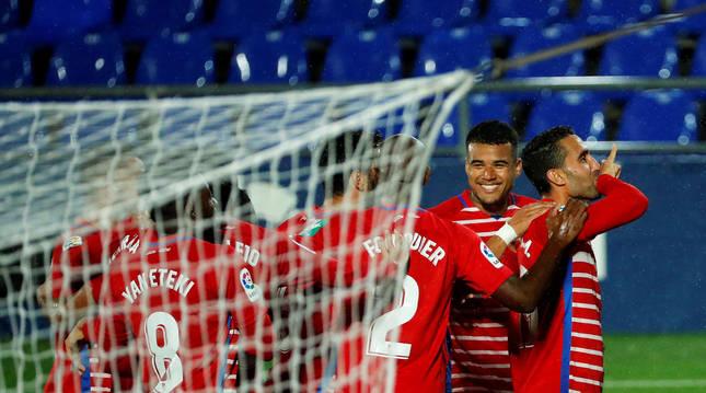 Ángel Montoro (dcha.) recibe las felicitaciones de sus compañeros tras anotar el único tanto del partido, desde los once metros.