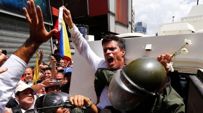 Foto de archivo de Leopoldo López en unas protestas en Caracas en 2014.