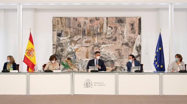 El presidente del Gobierno, Pedro Sánchez (c), preside el Consejo de Ministros extraordinario.