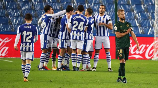 Los jugadores de la Real celebran uno de los tantos anotados contra el Huesca.