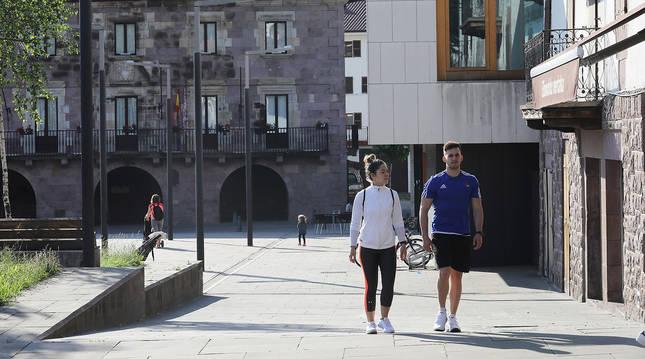 En una imagen del verano pasado, aspecto parcial de la plaza de los Fueros, en Elizondo.