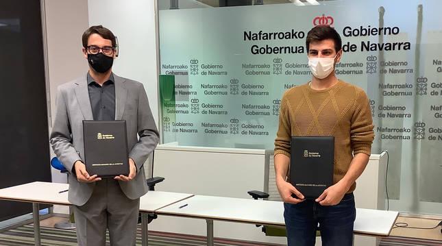 Foto de Carlos Amatriain y Juan Gutiérre, tras la firma del convenio.
