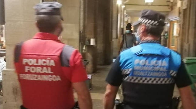Patrullaje conjunto de Policía Municipal y Policía foral en el centro de Pamplona.
